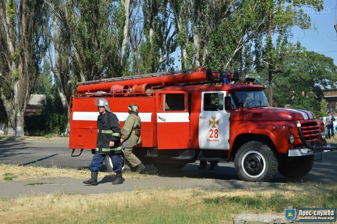 Небезпечне загорання трави в Нікополі поблизу автозаправки, фото-4