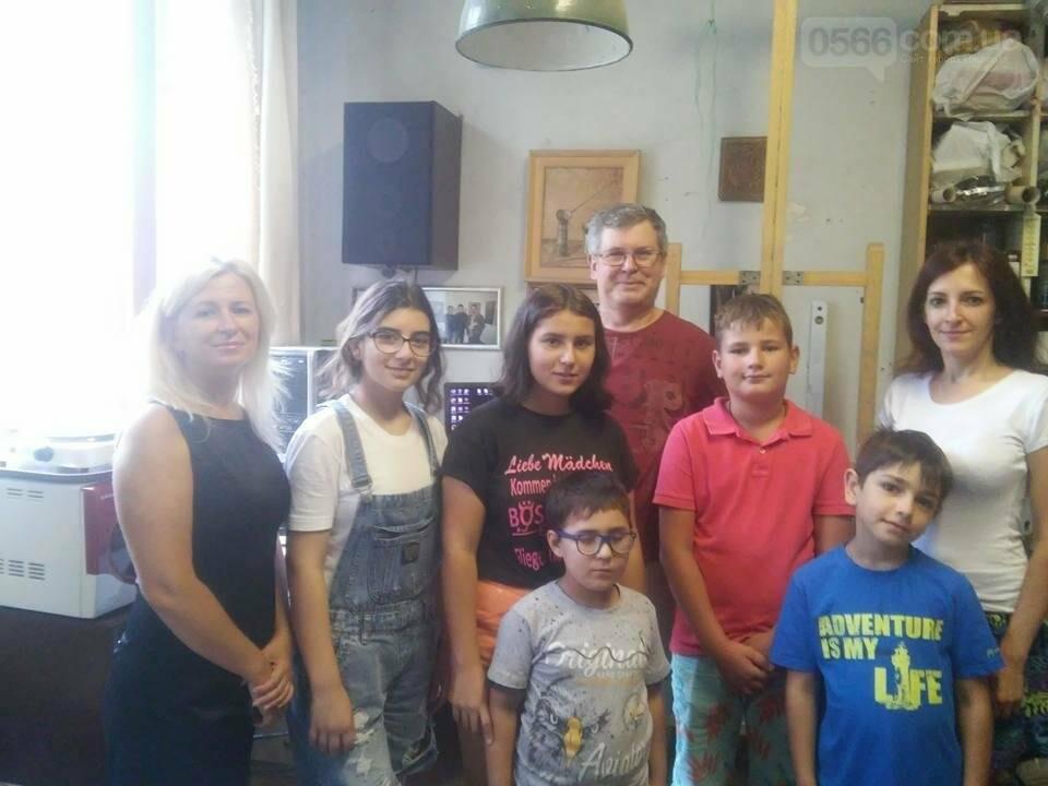 Нікопольські дітлахи в  гостях у нікопольського художника В. Королькова, фото-1