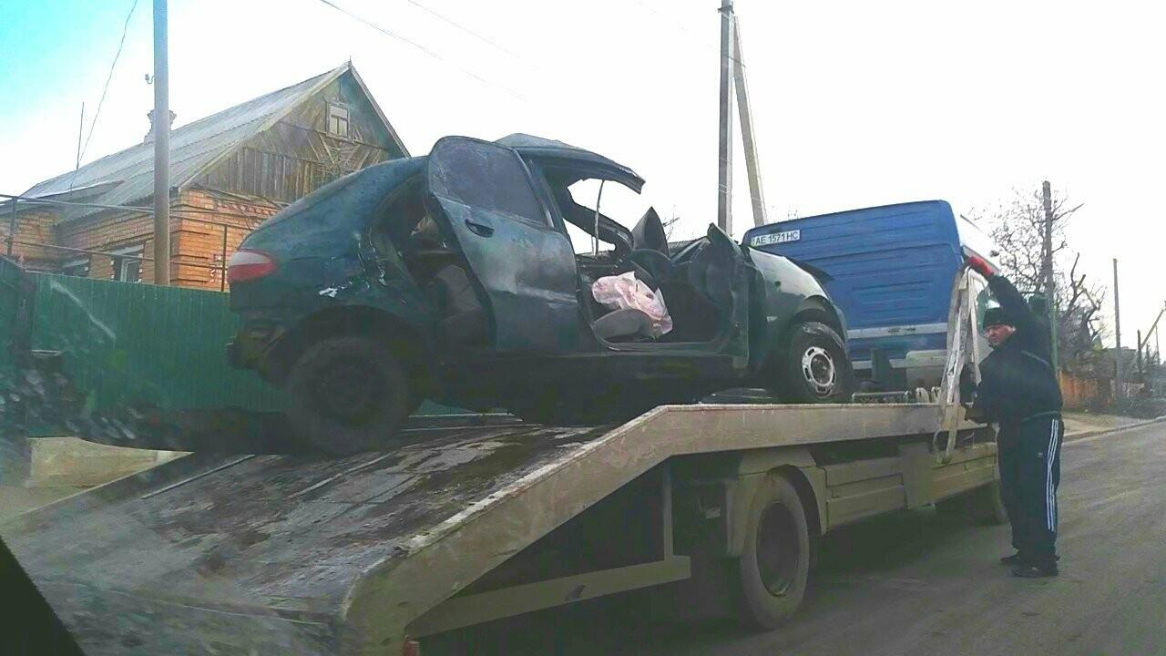 ДТП в Никополе: автомобиль врезался в дерево, есть пострадавшие, фото-1