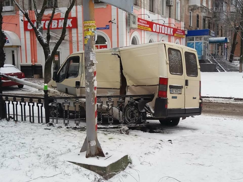 Снова снег и снова ДТП в Никополе, фото-2
