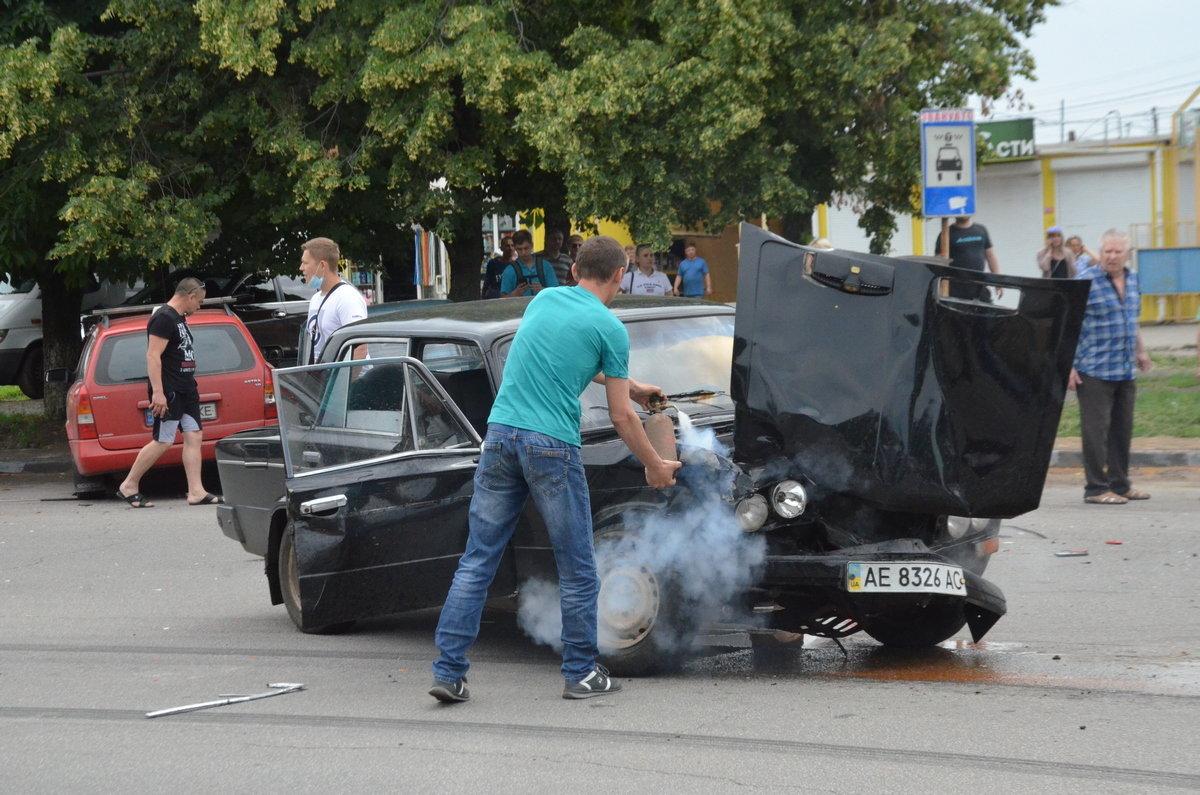 В Никополе на улице Первомайской столкнулись Audi и «Жигули»: есть пострадавшие, фото-1