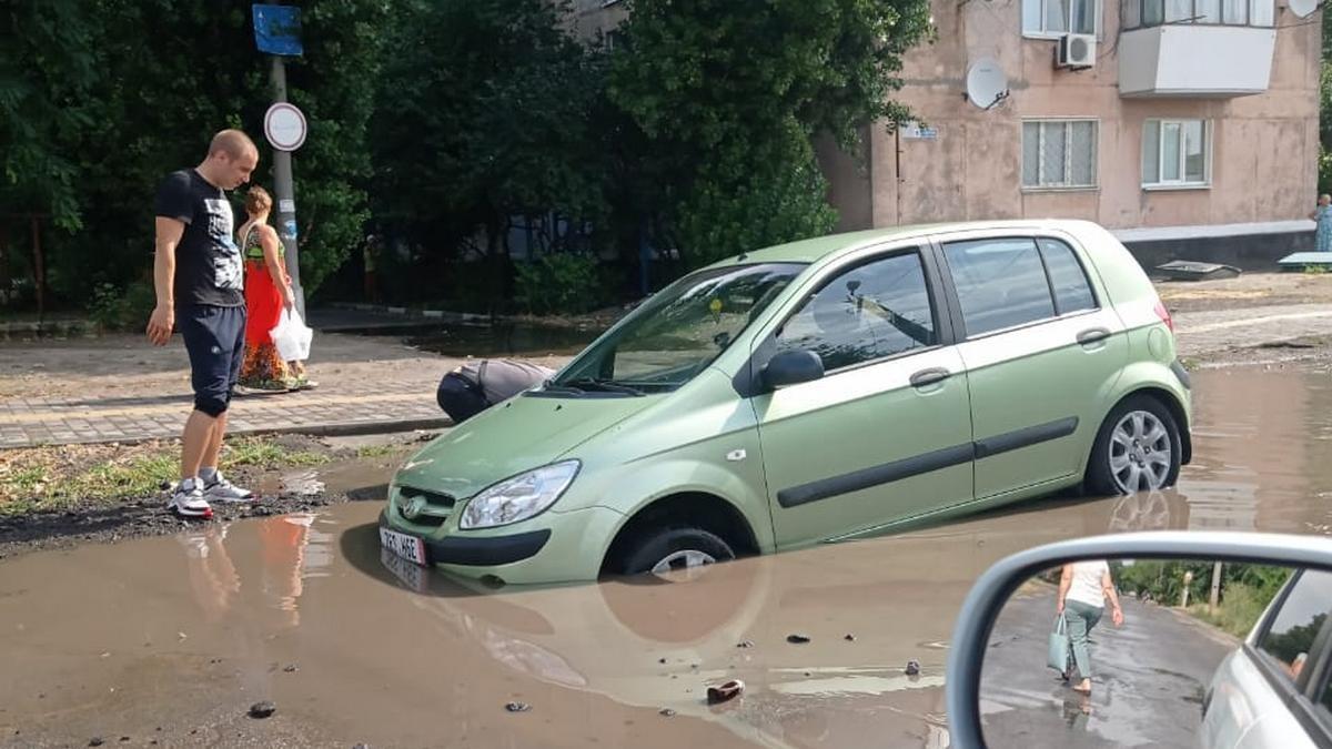Асфальт провалился под легковушкой в Никополе на улице Светлой, фото-1